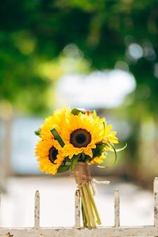 Wedding bridal bouquet di girasoli su una recinzione metallica wedding i
