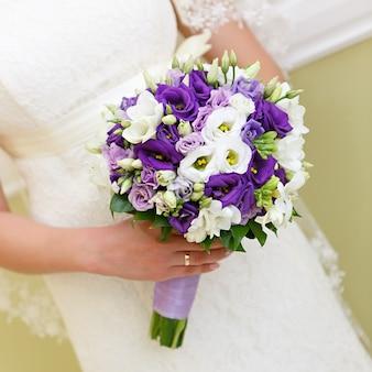 Matrimonio mazzo di fiori nelle mani della sposa