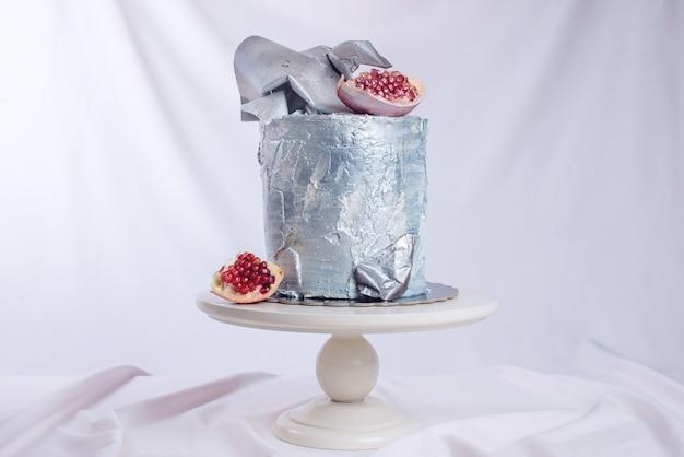 Torta nuziale decorata in stile loft, decorata con piatti di metallo