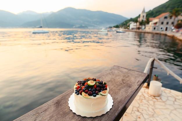 Torta nuziale di fichi, ciliegie e frutti di bosco con crema bianca o