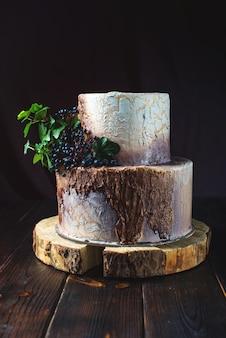 Torta nuziale a forma di moncone in legno e corteccia