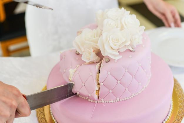 Torta nuziale per gli ospiti a una festa di nozze dalle bacche