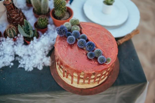 Torta nuziale con crema di rame e piante grasse. decorazione di nozze.