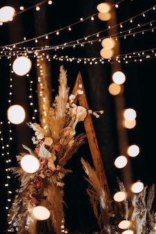 Area cerimonia di nozze con fiori secchi in un prato in una foresta di pini marroni