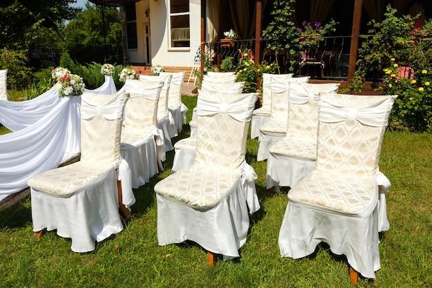 Addobbi per la cerimonia nuziale. le sedie si chiudono