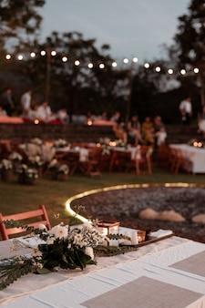 Cerimonia di matrimonio con fiori all'esterno in giardino