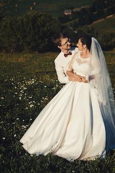 Sposi vicino alle montagne dei carpazi