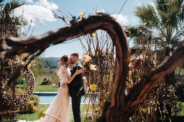 Sposi vicino a una villa in francia matrimonio in provenza