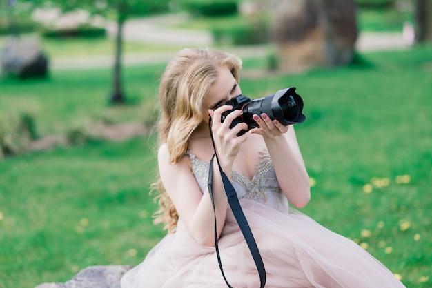 Sposi in un servizio fotografico. la sposa spara allo sposo con la telecamera.