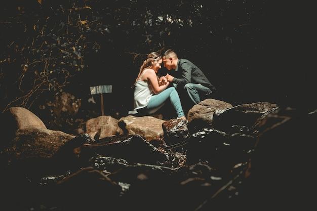 Sposi in posa insieme nella natura
