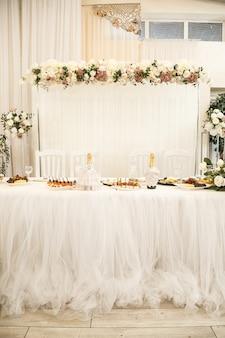 Decorazioni per matrimoni fatte di fiori e tessuto. bellissime decorazioni per gli sposi nel giorno del loro matrimonio