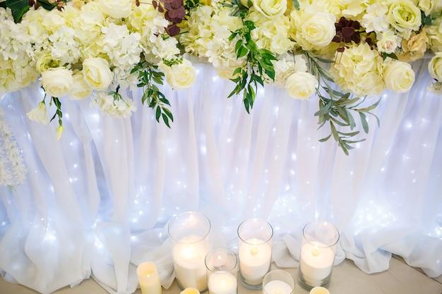 Decorazioni per matrimoni fatte di fiori e tessuto. bellissime decorazioni per gli sposi nel giorno del loro matrimonio Foto Premium