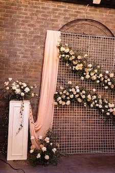 Decorazioni per matrimoni. l'area fotografica è un'elegante decorazione per matrimoni. decorato con fiori, mini fiori. zona foto di matrimonio con fiori. decorazioni per matrimoni fatte a mano. posto per scattare foto.