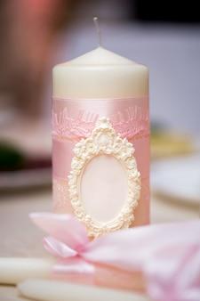 Decorazioni per matrimoni in stile rosa con cristalli, pizzi, fiori e iniziali. candele nuziali per il focolare familiare