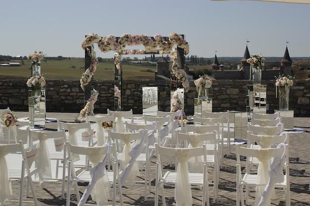 Decorazione nuziale di specchi e fiori per la cerimonia nuziale