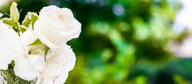 Decorazione della tavola per la decorazione di nozze e bouquet di bellezza floreale di rose bianche nel ristorante di lusso beautif...