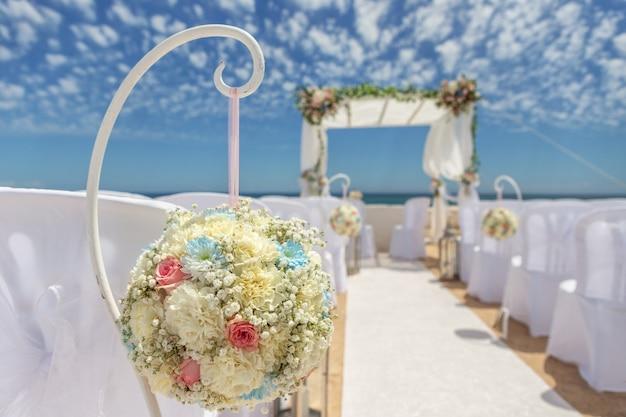 Decorazioni per matrimoni su una roccia nossa senhora armacao de pera.