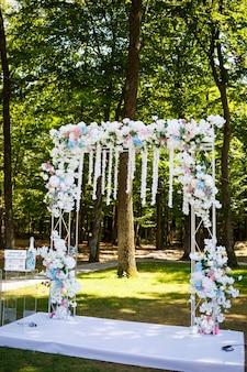 Decorazioni di nozze nel giorno delle nozze per gli sposi