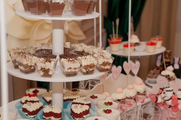 Dessert di nozze con deliziosi cake pops e diversi dolci, candy bar.
