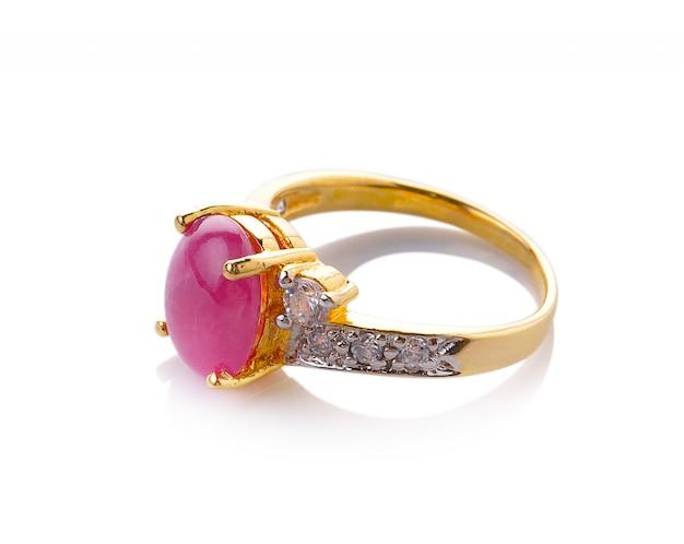Anello di diamante di cerimonia nuziale su spazio bianco