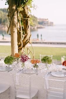 Tavolo da pranzo di nozze ricevimento un tavolo molto lungo per gli ospiti con una tovaglia bianca floreale