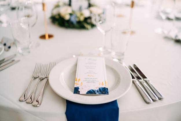 Tavolo da pranzo di nozze ricevimento piatto bianco sul tavolo tre forchette a sinistra tre coltelli sul