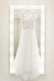 Abito da sposa appeso allo specchio