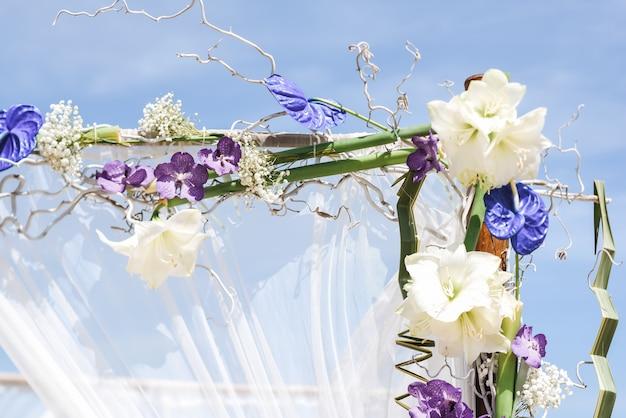 Installazione floreale di nozze sulla spiaggia