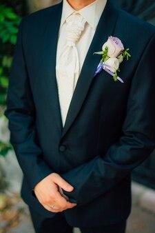 Fiore all'occhiello di nozze sullo sposo della giacca