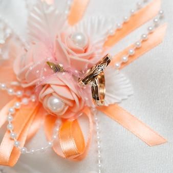 Anello nuziale in oro, decorazioni per una celebrazione del matrimonio.