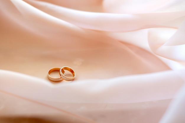 Anelli di nozze d'oro sulla parete di marmo. fidanzamento sposato.