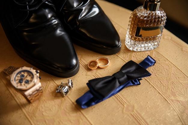 Accessori dello sposo da sposa sulla sedia