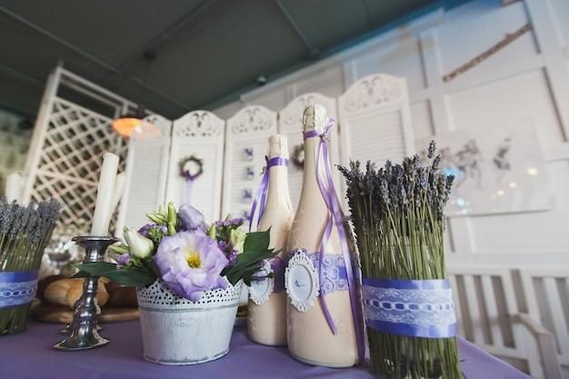 Sala per matrimoni decorata con fiori