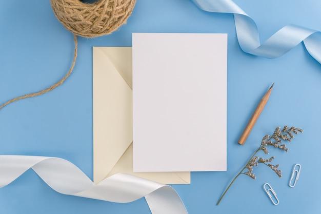 Un concetto di derisione dell'invito di nozze. vista superiore, disposizione piana con lo spazio della copia