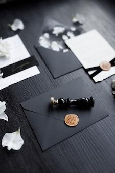 Invito a nozze sfondo nero alla moda con petali di fiori una serie di stampe di nozze scure