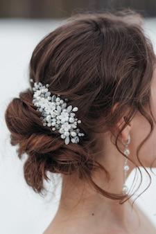 Gioielli da sposa sulla testa della sposa. inverno