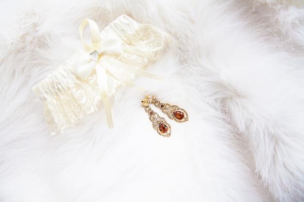 Gioielli da sposa su bianco