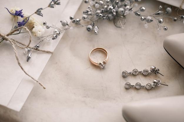 Mattina di matrimonio. composizione degli accessori della sposa. vista dall'alto. mattina della sposa