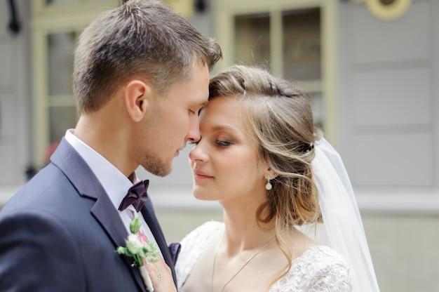 Sessione fotografica di matrimonio di una giovane coppia bellissima nella città vecchia.
