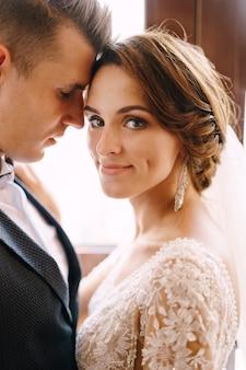 Servizio fotografico di matrimonio in montenegro perast closeup ritratto di una coppia di sposi