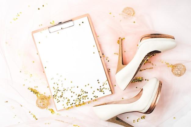 Calendario del pianificatore di matrimoni e scarpe e decorazioni dorate. concetto di vacanza alla moda piatto, vista dall'alto.