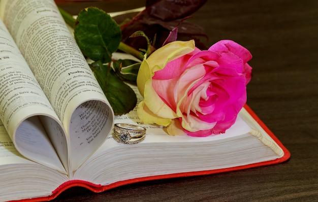 Fede nuziale sulla bibbia