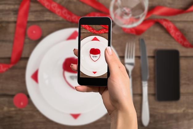 Fede nuziale e scatola regalo cuore la foto è scattata con il telefono
