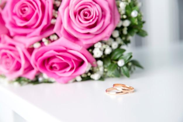 Fedi nuziali e bouquet da vicino