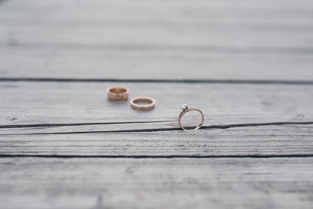 Fedi nuziali sposa e sposo sullo sfondo di legno
