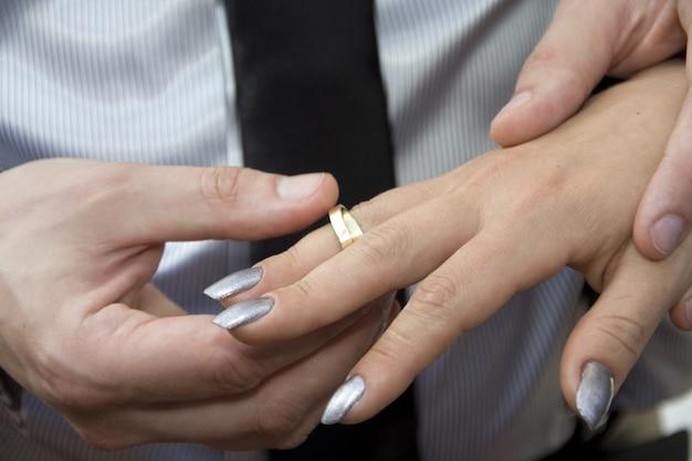 Fedi nuziali. sposa e sposo