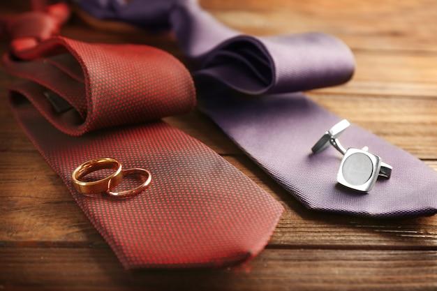 Fedi nuziali e gemelli su cravatte, primo piano