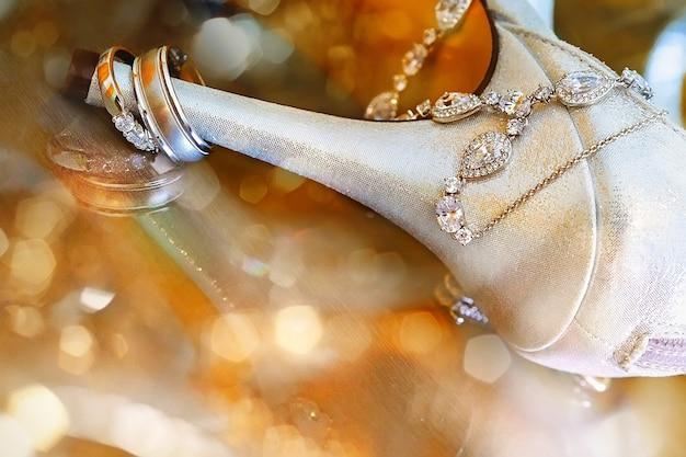 Fedi nuziali e sandalo con tacco alto rapporto round love