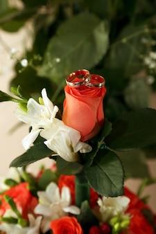 Gli anelli di nozze si trovano su un bouquet della sposa