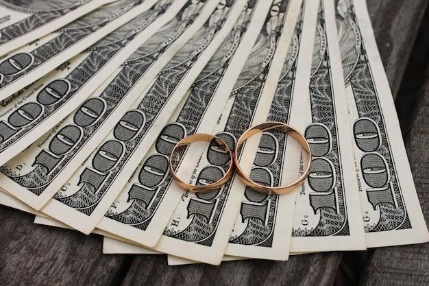 Fedi nuziali sul denaro